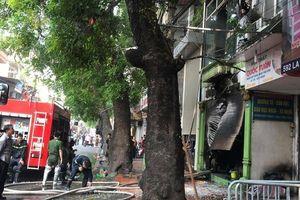 Cháy nhà trên đường Đê La Thành, nhiều người nhảy qua cửa sổ thoát thân