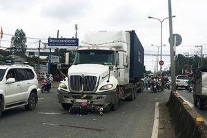 Sang đường ngược chiều, người phụ nữ bị xe container tông nguy kịch