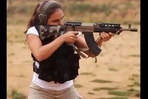 Súng AK cải tiến nhả đạn xối xả trong tay mỹ nhân Israel