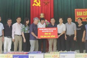Trao 200 triệu đồng hỗ trợ người dân vùng 'rốn lũ' Hà Tĩnh