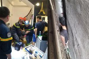 Giải cứu người đàn ông mắc kẹt trong khoảng không giữa 3 ngôi nhà