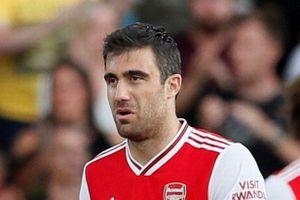 Hậu vệ Arsenal phải xin lỗi CĐV vì mắc sai lầm sơ đẳng