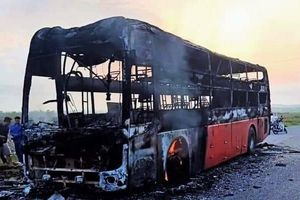 Xe giường nằm cháy rụi, 10 người thoát chết