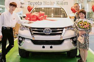 Đức Phúc chi tiền tỷ sắm xe Toyota Fortuner tặng bố mẹ
