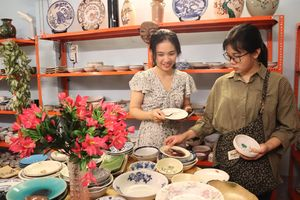 Người Sài Gòn thích thú mua gốm Nhật cân ký, giá 80.000 đồng/kg