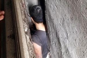 Người đàn ông mắc kẹt hi hữu giữa 3 căn nhà ở Hà Nội
