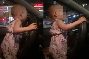 Để con 2 tuổi cầm vô lăng lái ô tô, bố mẹ bị xử lý thế nào?