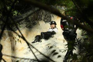 Ngọc Thanh Tâm trượt ngã khi vượt thác nước 7 tầng