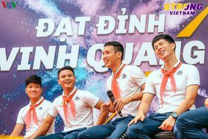 Quang Hải 'đứng hình' trước thử thách phương trình hóa học từ CĐV nhí