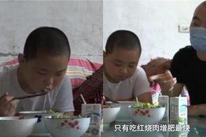 Cậu bé tăng 18 kg trong 3 tháng để hiến tủy cứu cha