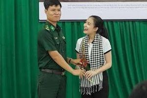 Không biết hoa gì, chiến sĩ biên phòng vẫn lấy tặng Hoàng Thùy Linh