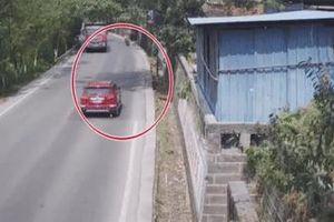 Phóng nhanh khi vào cua, xe máy lao thẳng vào đầu ôtô ở TQ