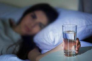 Uống nước trước khi đi ngủ có hại thận?
