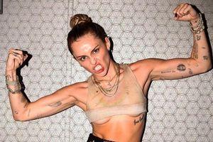 Miley Cyrus đăng ảnh hở ngực sau khi ly hôn