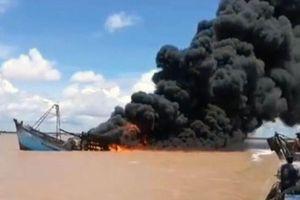 Tàu cá bất ngờ bốc cháy ở Bến Tre, hơn 7 tỷ đồng hóa tro than