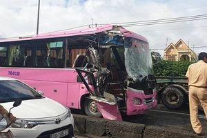 Ôtô khách tông xe container, nhiều người bị thương