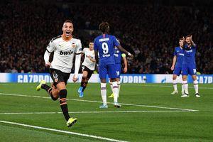 Barkley hỏng 11m, Chelsea thua cay đắng Valencia