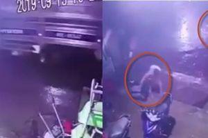 Kinh hoàng clip xe tải làm đứt dây cáp quang, 2 học sinh bị điện giật chết