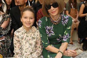 Harper Beckham đi dự tuần lễ thời trang London mặc đồ đôi với 'bà đầm thép' Anna Wintour