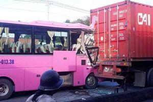 Ô tô khách húc đuôi xe container, 4 hành khách bị thương trên QL22