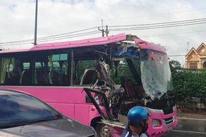 Xe khách tông container ở TP.HCM, 4 người thương nặng