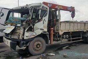Xe tải mất thắng tông hai xe dừng đèn đỏ, tài xế mắc kẹt