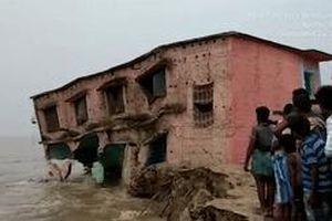 Ngôi trường 2 tầng ở Ấn Độ sụp xuống sông Hằng