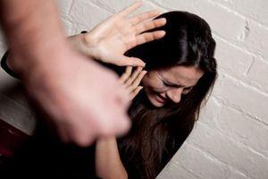 Chồng đánh vợ, phụ nữ Việt lên tiếng: Nhìn ba đánh mẹ, tôi không muốn lấy chồng