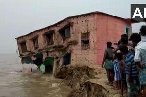Nín thở xem trường học 2 tầng từ từ rơi xuống sông Hằng