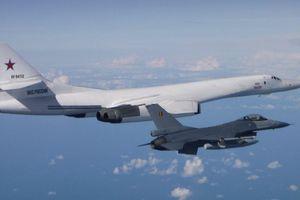 Máy bay ném bom mạnh nhất của Nga bị chiến đấu cơ của 5 nước bám đuổi