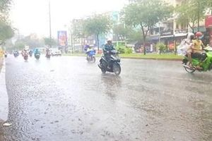 Nhiều vùng trên cả nước có mưa dông, cảnh báo vùng áp thấp trên biển Đông