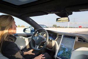 Mỹ lại bùng nổ tranh cãi chế độ trợ lái trên ôtô điện Tesla