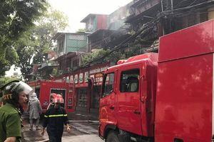 Cháy khu tập thể cũ Kim Liên, lửa từ căn hộ tầng ba trùm lên tầng bốn