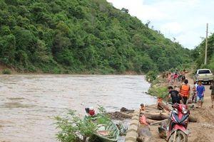 Cặp 'Lục Vân Tiên' vật lộn dưới dòng nước lũ cứu sống hai người