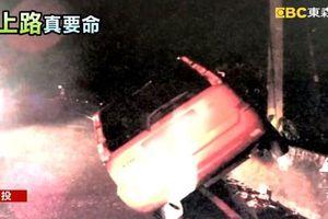 Say xỉn lái ô tô lao lên cả rào chắn đường, người đàn ông bị mắc kẹt… ngủ luôn trong xe