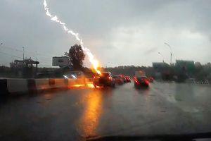 Đi trong trời mưa bão, xe ô tô bị tai nạn hi hữu liên tiếp