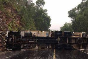 Xe tải lật nhào 'phơi bụng' trên đường tránh Huế, tài xế may mắn thoát nạn