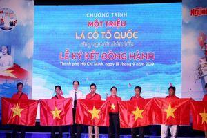 Trao cờ Tổ quốc đồng hành cùng ngư dân vươn khơi bám biển
