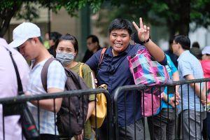 Dân buôn Việt hết thời thuê người xếp hàng mua iPhone