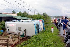 Xe buýt lao xuống nhà dân, hàng chục khách thoát chết