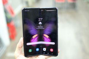 Galaxy Fold đầu tiên về VN, cửa hàng hét giá 99 triệu đồng