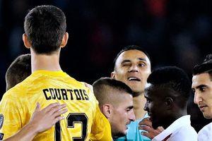 Navas gây sốt sau pha nháy mắt với Courtois