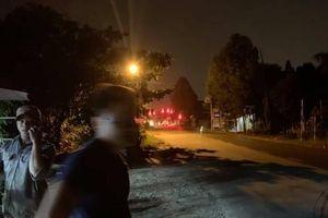Nóng: Xe bít bùng dừng đèn đỏ, 3 đối tượng tẩu thoát