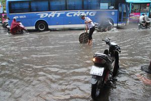 Hà Nội: Người dân 'thi bơi' giữa ma trận giao thông