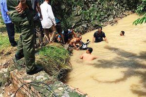 Đồng Nai: Cố qua cầu suối Tân Cang ngập nước, 1 phụ hồ bị nước lũ cuốn trôi tử vong