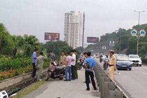 Một phụ nữ bất ngờ bị đâm trọng thương khi đang đi xe máy trên cầu Bãi Cháy