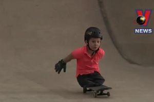 Cậu bé không chân trượt ván điêu luyện gây kinh ngạc
