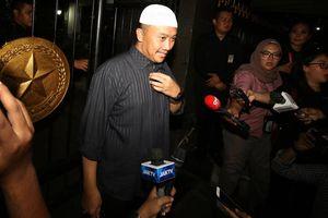 Bộ trưởng Thanh niên và Thể thao Indonesia bị sờ gáy