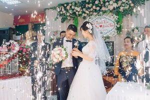 Đám cưới HOT: Trai ế 35 tuổi cười 'như được mùa' khi 'vớ' được vợ kém 16 tuổi