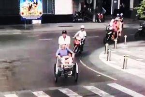 Hai người chạy xích lô 'chặt chém' khách ngoại quốc gần 2 triệu ở Sài Gòn